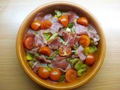 Huevos al horno con jamón serrano, cebolla y tomates cherry. Un plato delicioso y bajo en calorías