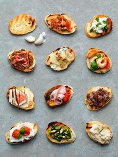 ブルスケッタというのは、イタリア料理の軽食の一つ。ブルスケッタ=焼いて焦がしたもの、という意味があるそうです。 あぶって表面をカリッと焼いたバケットの上に、ガーリックやトマトソース、オリーブやアンチョビなど、いろいろな具材をのせて食べるお料理。元々は、古くなったパンを美味しく頂くための工夫として始まりました