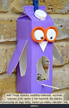 Karmnik z kartonu po mleku - Jeśli Twoje dziecko uwielbia malować, wycinać,  rysować,zrób razem z nim karmnik dla ptaków. Wykorzystaj do tego farby, karton po mleku nakrętki i klej.