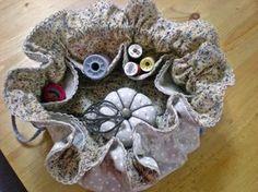 Tomando como idea el famoso costurero hecho con dos círculos de tela uno sobre otro... mi alumna Silvia me dijo que ella hacía joyeritos ...