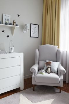 Biało-szary pokój dziecięcy z czarnymi dodatkami