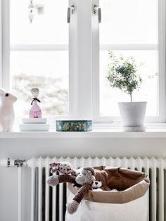 Détail décoration mchambre d'enfant, rebord de fenêtre, peluches ranger dans un paper bag. home-tour-scandinave-chambre-enfant-mademoiselle-claudine