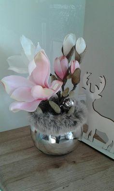 Magnolie+v+kožichu+Moderní+vánoční+aranžmá+s+magnolií+v+kožíšku.+Výška+dekorace+32cm,délka+21cm,šířka+22cm. Vase, Flowers, Home Decor, Magnolias, Luxury, Decoration Home, Room Decor, Vases, Royal Icing Flowers