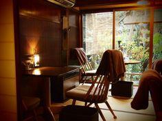 こちらのカフェは、畳をそのままいかしたモダンな空間に。全体的にシックな色で統一されていて、とても落ち着いた雰囲気です。窓の向こうに見える中庭の景色も美しいですね☆