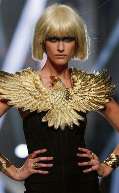 Más espectacular y futurista que nunca. Madrid, Brooch, Jewelry, Fashion, Rose Gold, Walkway, Futuristic, Necklaces, Moda