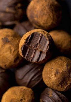 Homemade Red Wine Chocolate Truffles are made with 5 ingredients! Luxuriously smooth and decadent. Perfect for homemade holiday gifts! Candy Recipes, Dessert Recipes, Bon Dessert, Truffle Recipe, Homemade Candies, Chocolate Truffles, Chocolate Chocolate, Chocolate Brownies, Chocolate Covered