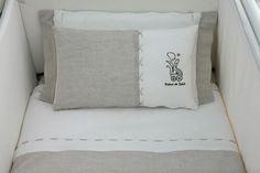 Conjunto habitacion bebe en pique combinado con lino natural. Detalle de cinta de raso.
