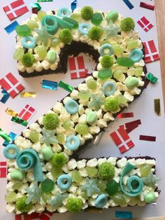 En lækker udgave af den populære talkage med svampet chokoladekage som bund toppet med lime-cremecheese frosting. Birthday Menu, Birthday Cupcakes, Alphabet Cake, Cake Lettering, Cake Decorating For Beginners, Desserts Menu, Number Cakes, My Dessert, No Bake Cake