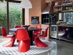 Churrasqueira com cadeiras vermelhas
