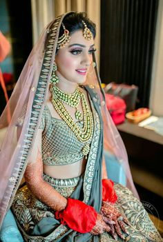 The most unique & gorgeous lehenga dupatta draping styles that'll amp up your entire wedding look. Learn how to drape lehenga dupatta in different styles. Easy and simple ways to drap a lehenga dupatta to look more stylish. Bridal Dupatta, Indian Bridal Lehenga, Bridal Looks, Bridal Style, Indian Wedding Jewelry, Bridal Jewellery, Indian Weddings, Fashion Jewellery, Gold Jewellery