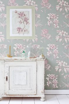 patterned wallpaper - big design, muted colours