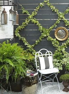 Insanely Chic (and Simple!) Garden Trellis DIY Potted plants and a vertical ivy-covered trellis create a lush garden on a patio that's short on space.Potted plants and a vertical ivy-covered trellis create a lush garden on a patio that's short on space. Small Backyard Gardens, Small Backyard Landscaping, Vertical Gardens, Backyard Fences, Outdoor Gardens, Landscaping Ideas, Backyard Ideas, Small Patio, Patio Fence