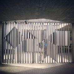 Frente a las puertas de acceso a la Sala de Conciertos está instalada una obra tridimensional hecha de aluminio. Esta obra, del pionero del arte óptico Víctor Vasarely, cambia ligeramente de aspecto de acuerdo al ángulo desde donde la veamos. Nombre de la Obra: +/- (Positivo – Negativo) Año: 1954 Tipo: Estructura tridimensional Autor: Victor Vasarely Material: Aluminio Dimensiones: 296,5 x 519 x22 cm [1]