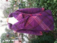 Chaquetón de lana natural a telar bastidor!! $80.000 Este es un proyecto de 10 a 12 clases, cada clase tiene un valor de $12.000 con materiales incluidos, más información en www.cristialmazan.com o en el facebook Fieltros Cristi Almazán Tapestry Weaving, Weaving Techniques, Ravelry, Hand Weaving, Knitting Patterns, Wool, Crochet, Fabric, Outfits