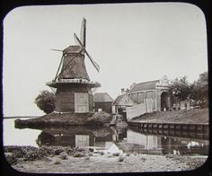 Stellingmolen De Monnik naast de stadspoort aan het Noordeinde {huidige locatie Noordeinde 134} omstreeks 1890.