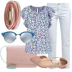 Pantaloni capri di un leggerissimo color azzurro abbinati a una blusa colorata con maniche a volant. Per gli accessori: in rosa, le ballerine con cinturino a T, la borsa con tracolla e il bracciale multifilo - in azzurro, gli occhiali da sole con lenti ovali.