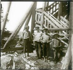 1906. Подростки у основания смотровой башни. Финляндия, Ханко