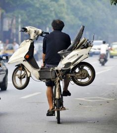 Drunk man takes scooter on a bike to get around drink-drive laws A man in China thought of a novel way to bypass local drink-drive laws after tying his scooter to the back of his bicycle in order to get home after a boozing session. Vietnam, Tricycle, Dynamo, Velo Vintage, Vintage Bicycles, Moped Scooter, Cargo Bike, Transporter, People Of The World