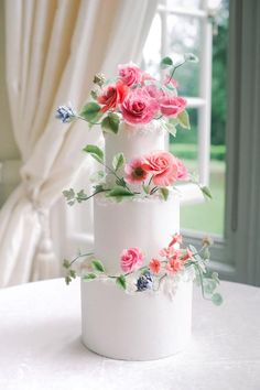 Oversized Sun Hats Romantic English Gardens and a Countryside Castle - Yes Please! Oversized Sun Hats Romantic English Gardens and a Countryside Castle - Yes Please! Black Wedding Cakes, Wedding Cakes With Flowers, Beautiful Wedding Cakes, Beautiful Cakes, Wedding Cake Centerpieces, Countryside Wedding, British Countryside, Fresh Flower Cake, Bridal Musings