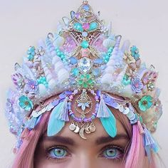 Crystal's, flowers, bumble bees, glitter, and pearlescent sea shells. Cute Jewelry, Hair Jewelry, Seashell Crown, Shell Crowns, Cl Fashion, Mermaid Crown, Crystal Crown, Mermaid Tails, Maquillage Halloween