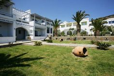 Porto Raphael Residences & Suites Porto Porto Raphael Residences & Suites is located in Agios Ioannis, 10 minutes from Tinos port. It offers contemporary Cycladic-style accommodation with lovely sea views.  Guests can choose between rooms, suites and apartments.