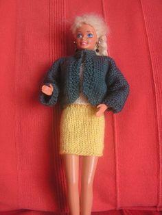 Si vous voulez voir les autres vêtements déjà réalisés, au dessus de mon article, cliquez sur catégorie puis sur vêtement pour poupée Barbie et vous retrouverez tous les articles de cette catégorie Top blanc (explications ici) Jupe jaune (explications... Habit Barbie, Barbie And Ken, Couture, Leg Warmers, Fingerless Gloves, Dolls, Knitting, Crochet, Articles
