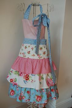 I love this apron.I have a collection of vintage inspired aprons, mostly gifts from my Mom, and I would definitely add this one to the collection! Retro Apron, Aprons Vintage, Sewing Hacks, Sewing Crafts, Ruffle Apron, Apron Dress, Apron Tutorial, Cute Aprons, Sewing Aprons
