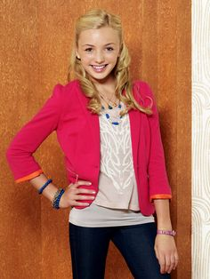 Emma Evangeline Ross is one of the main characters on Jessie. She is the eldest and only biological child of Morgan Ross and Christina Ross in New York City. Emma is portrayed by Peyton List. Emma Ross, Jessie Emma, Peyton List Movies, Peyton List Age, Peyton Roi, Disney Channel, Very Pretty Girl, Band Outfits, Wimpy Kid