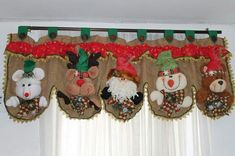 Aprende hacer cortinas navideñas Christmas Crafts Sewing, Christmas Elf, Rustic Christmas, Sewing Crafts, Xmas, Christmas Ornaments, Christmas Things, Crafts To Sell, Diy And Crafts