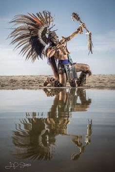 Aztek warrior and Priest American Indian Art, Native American History, Native American Indians, American Symbols, Soldado Universal, Aztec Costume, Aztec Warrior, Aztec Art, Chicano Art