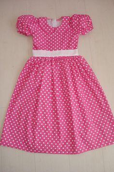 Vestido de poá cor-de-rosa com faixa branca. Lindo, lindo!