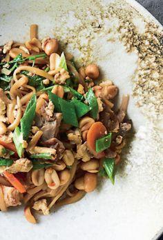 Stegte nudler med svinekød | Femina Wok, Risotto, Bacon, Stuffed Mushrooms, Pasta, Vegetables, Cooking, Ethnic Recipes, Desserts