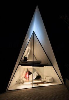 L'architecte Chris Tate a conçu cette maison en forme de tente entourée d'arbres et située sur l'île de Waiheke, en Nouvelle-Zélande. En voulant capturer l