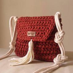 """Mais um modelinho novo de bolsa... Essa cor """"telha"""" tá demais... Alça ajustável feita com cordão de algodão 😊 . Informações por direct ou… Crochet Clutch, Crochet Handbags, Yarn Projects, Crochet Projects, Crochet Doilies, Crochet Lace, Crochet Dinosaur, Finger Knitting, Hardanger Embroidery"""
