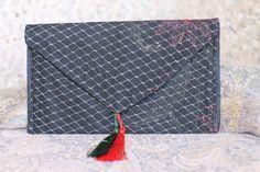 Pequeña cartera para acompañar al tocado anterior en rojo y negro para llevar lo imprescindible. Más productos disponibles en la web de maramhandmadeshop