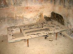 Herculaneum: Casa del Tramezzo di Legno, House of the wooden partition, carbonized bed