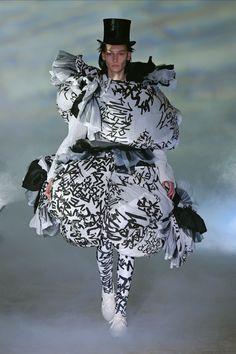 Fall 2021 Trend: Black & White [PHOTOS] – WWD Fall Fashion Trends, Fashion News, High Fashion, Fashion Show, Autumn Fashion, Black White Photos, Black And White, Fashion Plates, Cool Style