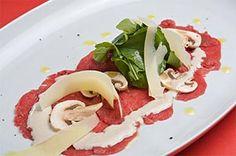 Carpaccio de Lomito Ingredientes: 400gr. de lomito de res entero limpio 50gr. de queso parmesano rallado 200gr de champiñones franceses, limpios y rebanados 200gr. de hojas de berro o rúgula ¼ de taza de Aderezo Cesar Orinoquia Aceite de oliva Sal y pimienta al gusto Preparación: http://www.alimentos-orinoquia.com/nuestras-recetas/carpaccio-de-lomito.aspx