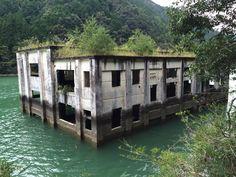 """""""この景色がずっとずっと観たかった。船でしか辿り着けない、発電所の廃墟。"""""""
