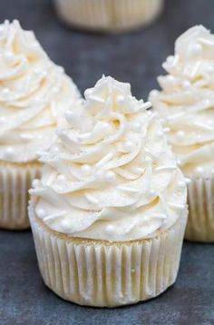 This the best vanilla cupcakes recipe! Super moist, light and full of flavor. Su… This the best vanilla cupcakes recipe! No Bake Desserts, Just Desserts, Delicious Desserts, Dessert Recipes, Best Vanilla Cupcake Recipe, Moist Vanilla Cupcakes, Simple Cupcake Recipe, Cupcake Recipes Easy, Wedding Cupcake Recipes