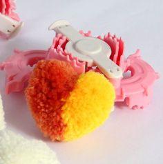 Устройство для создания помпона в форме сердца.   Купить можно здесь - http://ali.pub/f90kx