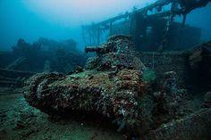 """Un tank gisant au fond du Chuuk Lagoon (lagon des camions), qui fut dans le temps la base navale de l'armée imperiale du Japon dans le Pacifique Sud. Ces épaves sont le résultat de l'opération """"Hailstone"""" dans laquelle 12 navires de guerre Japonais, 32 navires marchants et 249 avions ont été détruits."""