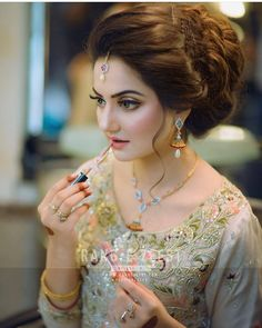 New Hairstyles For Indian Wedding Function ~ Magazzine Fashion Pakistani Bridal Hairstyles, Bridal Hairstyle Indian Wedding, Bridal Hair Buns, Indian Hairstyles, Bride Hairstyles, Pakistani Bridal Makeup, Pakistani Bridal Dresses, Walima Dress, Bridal Makeover