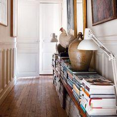 Un couloir bibliothèque et galerie