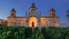 """Η Trinity """"άνοιξε"""" όλα τα χαρτιά της στο τραπέζι και έκανε Royal Flush των μεγάλων κρασιών! Ex Libris, Notre Dame, Barcelona Cathedral, Wines, Building, Travel, Voyage, Buildings, Viajes"""