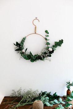 Une couronne de Noël minimaliste simple à fabriquer soi-même