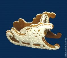 Купить или заказать Объёмный пряник-козуля 'Сани' в подарочной коробке. в интернет-магазине на Ярмарке Мастеров. Архангельская объёмная козуля 'Сани', мастер Светлана. Традиционный, вкусный и ароматный подарок на Новый год, день рождения и другие праздники. Срок хранения на еду 1 год. По вашему желанию мы можем положить в сани объёмную ёлочку или набор новогодних козуль (например, ёлочных украшений), упакованных в красивый мешочек из органзы (см.фото справа). В стоимость пряника входит…