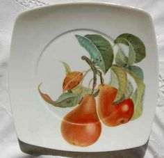 Frutas em aparelho de chá. Painted Porcelain, China Porcelain, Hand Painted, Pyrus, Fruit Plate, Kitchen Themes, China Painting, Diy Wreath, Pear