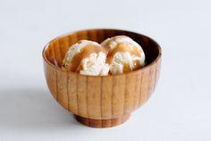 Gesalzenes Karamell-Sahne-Eis mit Karamellsauce
