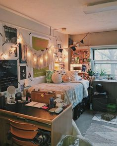 35 amazing result for girls dorm room design 13 Small Apartment Bedrooms, Apartment Interior, Small Apartments, Interior Livingroom, Apartment Living, Small Spaces, Cool Dorm Rooms, Dorm Room Designs, Dorm Room Organization